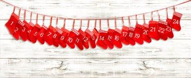 出现日历动画片圣诞节要素图标计时多种 在明亮的木背景的红色长袜 免版税图库摄影