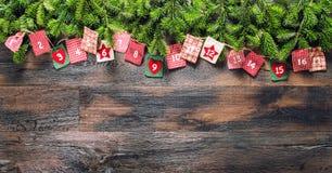 出现日历圣诞节礼物木背景 免版税库存图片