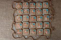 出现日历,圣诞节手工制造姜饼绘了结冰 免版税图库摄影