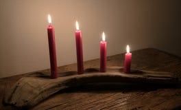 出现明亮日历的蜡烛烧在漂流木头做的一件自然艺术品 免版税图库摄影