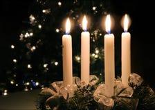 出现灼烧的蜡烛圣诞节花圈 免版税库存照片