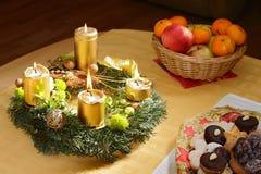 出现灼烧的蜡烛圣诞节花圈 免版税库存图片