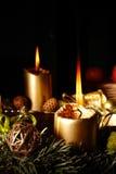 出现灼烧的蜡烛圣诞节花圈 库存图片