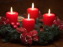 出现灼烧的蜡烛花圈 图库摄影