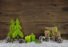 出现的两苹果绿的灼烧的蜡烛光 圣诞节Deco 免版税库存图片