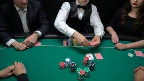 出现社区卡片在赌博娱乐场桌的球员打赌和啤牌经销商 影视素材