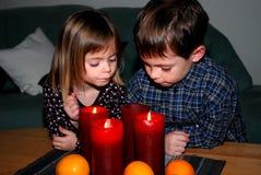 出现等待的圣诞节的兄弟姐妹 免版税库存图片