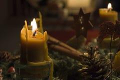出现蜂蜡蜡烛花圈 免版税库存图片