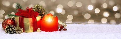 出现蜡烛和圣诞节装饰 图库摄影
