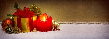 出现蜡烛和圣诞节装饰 免版税库存图片