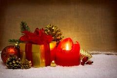 出现蜡烛和圣诞节装饰 免版税库存照片