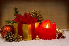 出现蜡烛和圣诞节装饰 库存图片