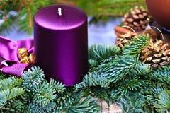出现蜡烛圣诞节花圈 免版税库存图片