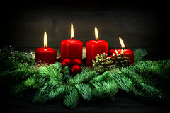 出现装饰 四个红色灼烧的蜡烛 例证百合红色样式葡萄酒 免版税库存图片
