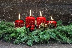 出现装饰 四个红色灼烧的蜡烛 节假日背景 免版税库存照片