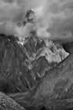 出现通过云彩的Trango塔 免版税库存图片