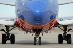 出现飞机接近的齿轮的着陆  免版税库存图片