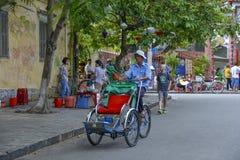 出租机动三轮车司机在会安市,越南 免版税库存照片