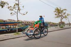 出租机动三轮车司机在越南 库存图片