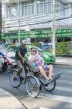 出租机动三轮车越南的游人 免版税库存图片