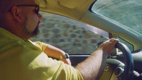 出租汽车司机驾驶在休达街道的汽车  股票录像