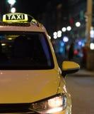 出租汽车在一个城市在晚上 免版税库存照片