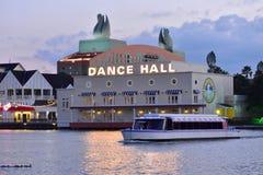 出租汽车在湖的小船航行五颜六色的夜总会、餐馆和旅馆背景的在湖比埃 免版税图库摄影