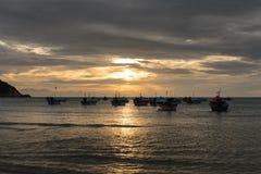 出租汽车小船早晨场面在haad rin, phangan的酸值的 免版税图库摄影
