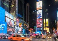 出租汽车汽车在时代广场在晚上 库存图片