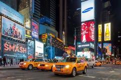 出租汽车汽车在时代广场在晚上 免版税图库摄影