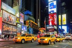 出租汽车汽车在时代广场在晚上 库存照片