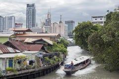水出租汽车沿一条运河赛跑在曼谷 免版税库存图片