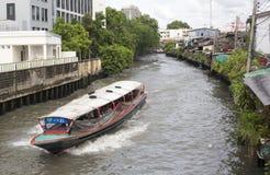 水出租汽车沿一条运河赛跑在曼谷 库存照片