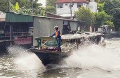 水出租汽车沿一条运河赛跑在曼谷 免版税库存照片