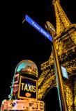 出租汽车路过艾菲尔铁塔 库存图片