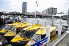 水出租汽车以黄色 库存图片