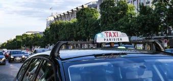 巴黎出租汽车细节和凯旋门在背景中 库存照片
