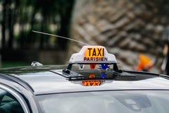 出租汽车Parisien -巴黎出租汽车唱歌 库存图片