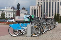 出租自行车在停车处连续站立 免版税库存图片