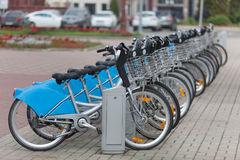 出租自行车在停车处连续站立 库存照片
