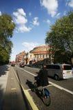 出租自行车的游人,通过皇家阿尔伯特霍尔 库存照片