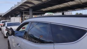 出租车司机休息的汽车机场停车处,腿外部,乘客运输 股票录像
