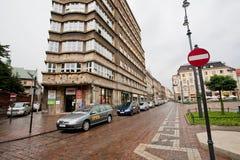 出租车在老城市的中心停止在雨下 库存照片