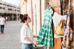 出色的女孩购物年轻人 免版税库存照片