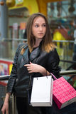出色的女孩购物年轻人 库存照片