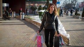 出色的女孩购物年轻人 库存图片