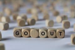 出去-与信件的立方体,与木立方体的标志 免版税库存图片