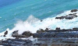 击中和打破在岩石-布莱尔港,Adnaman尼科巴群岛,印度的海波浪 图库摄影