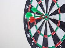 击中在中心目标的红色和绿色箭箭头 图库摄影
