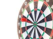 击中在中心目标的红色箭箭头 免版税图库摄影